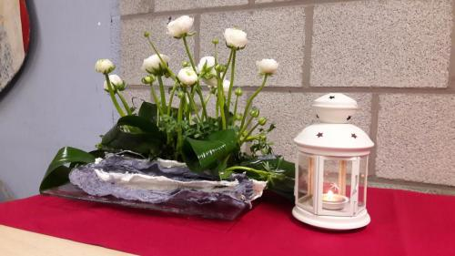 Vlak bloemstuk in wit en groen